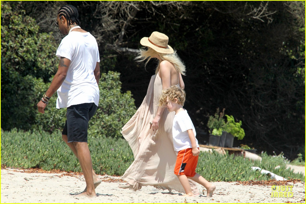 ashlee simpson beach stroll after sister jessica birth news 222901634
