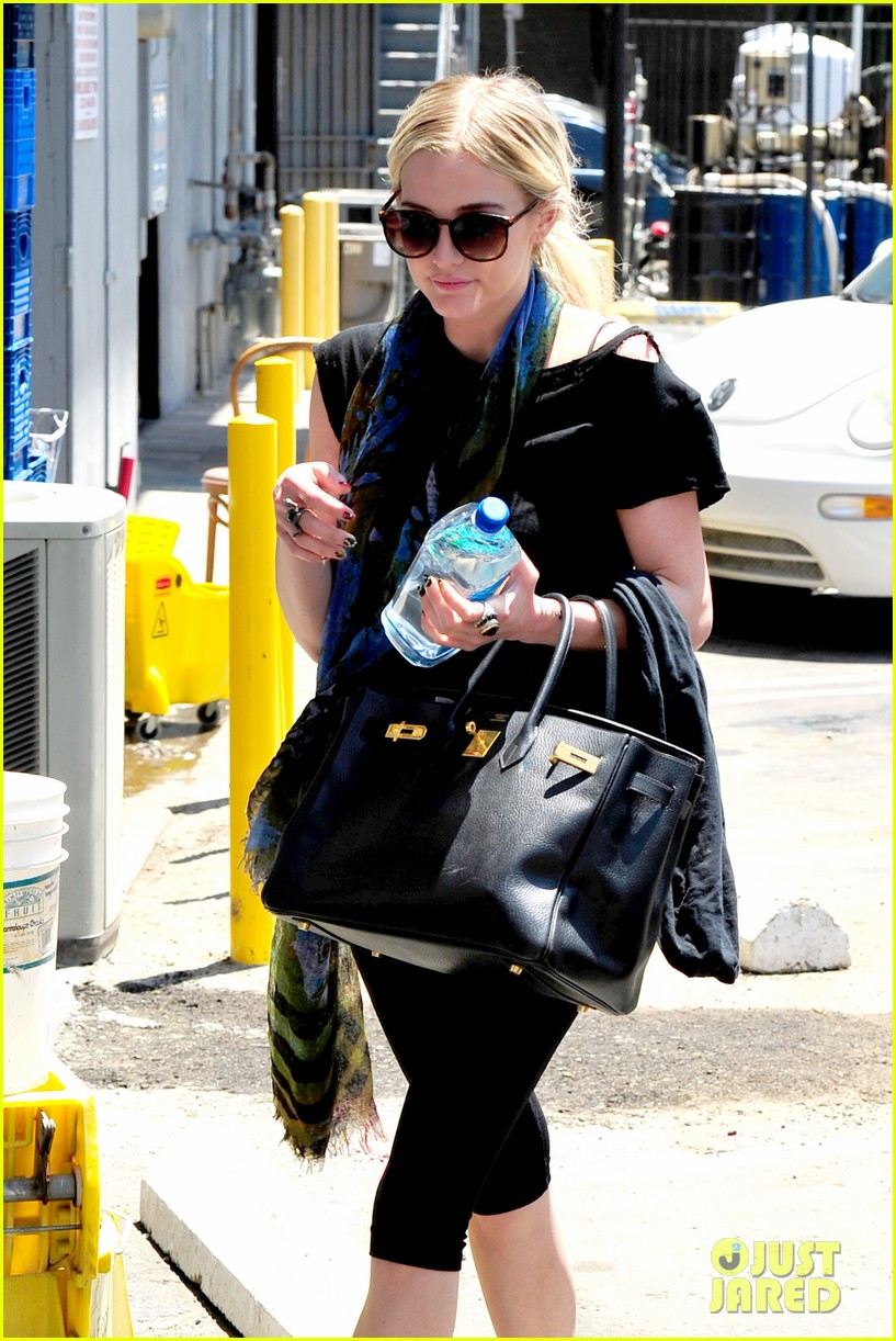 ashlee simpson hollywood bowls roxie hart in chicago 13