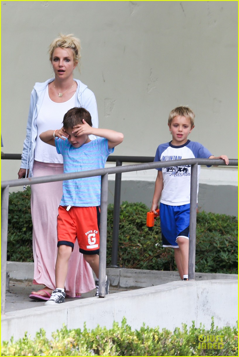britney spears errands after movies with the boys 082914102