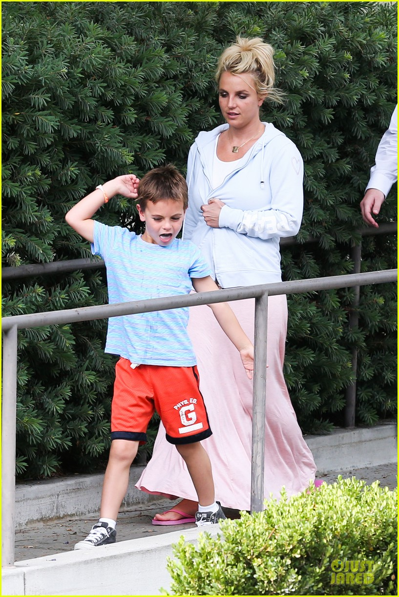 britney spears errands after movies with the boys 102914104