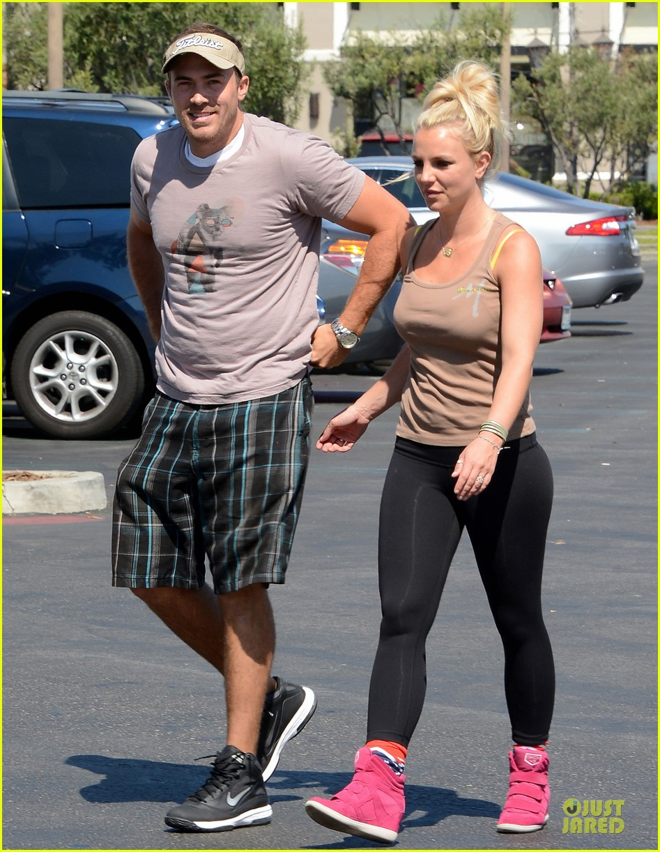 britney spears david lucado prep for weekend by shopping 04