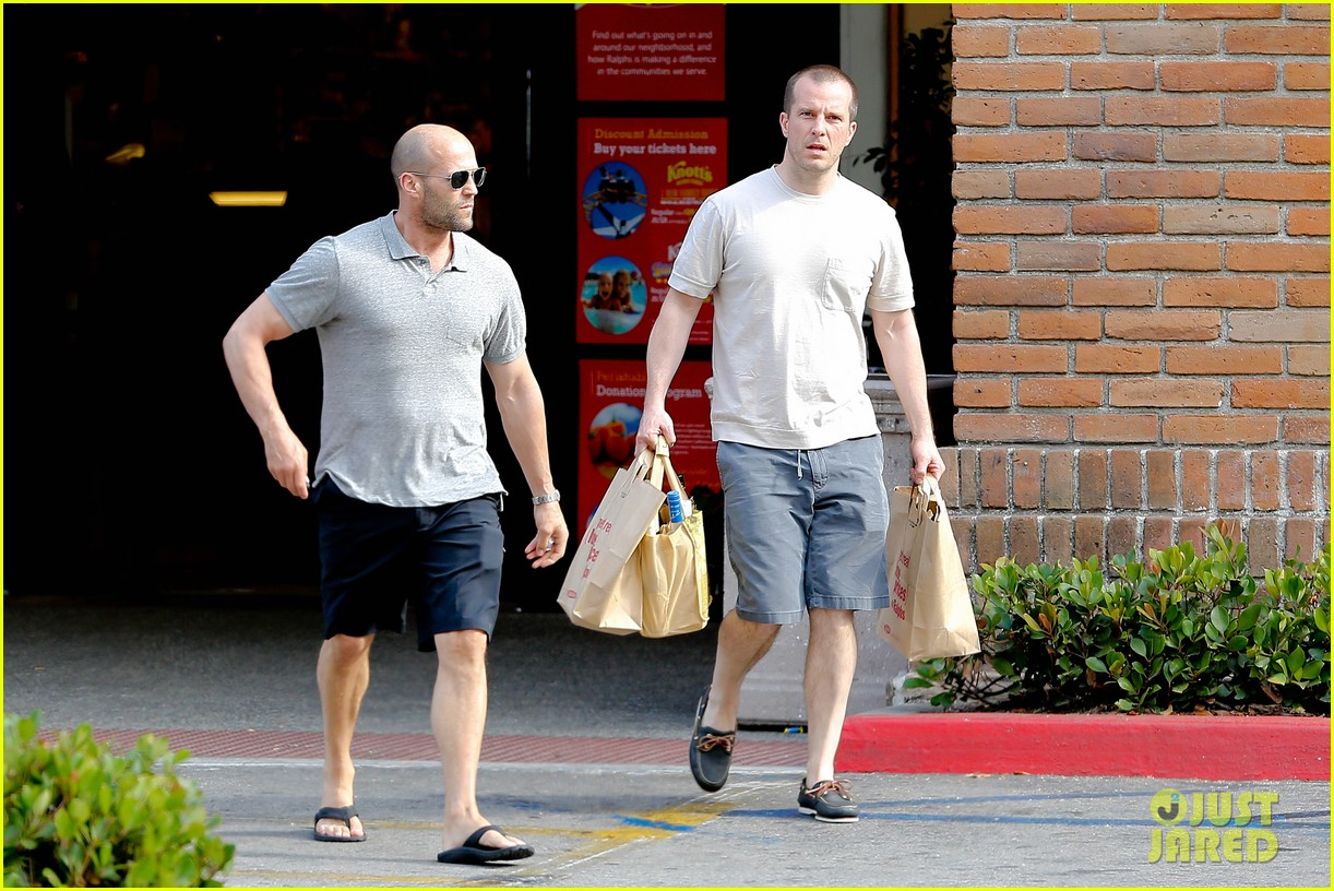 jason statham pre fourth of july grocery run 092903873