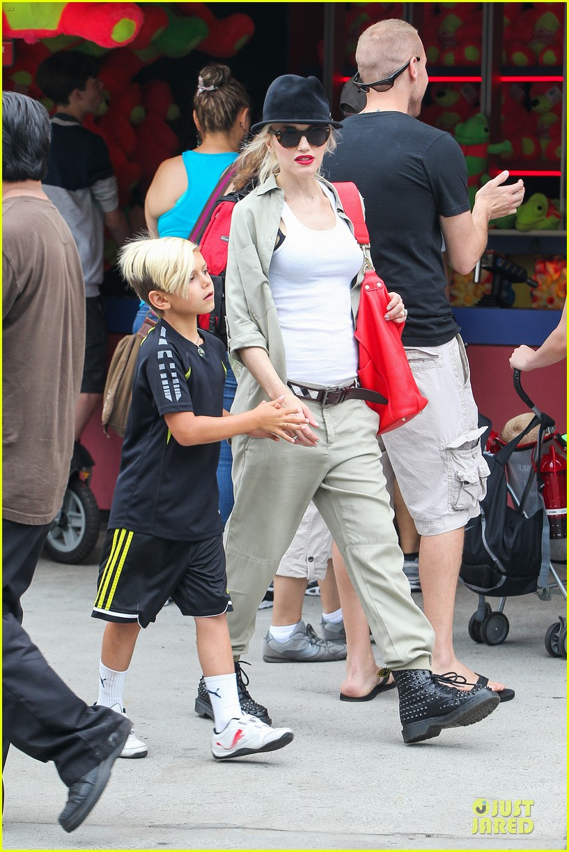 gwen stefani family filled knotts berry farm 01