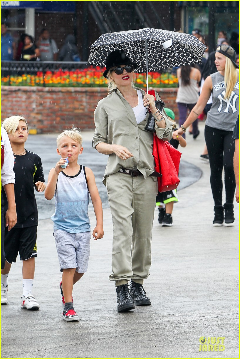 gwen stefani family filled knotts berry farm 03