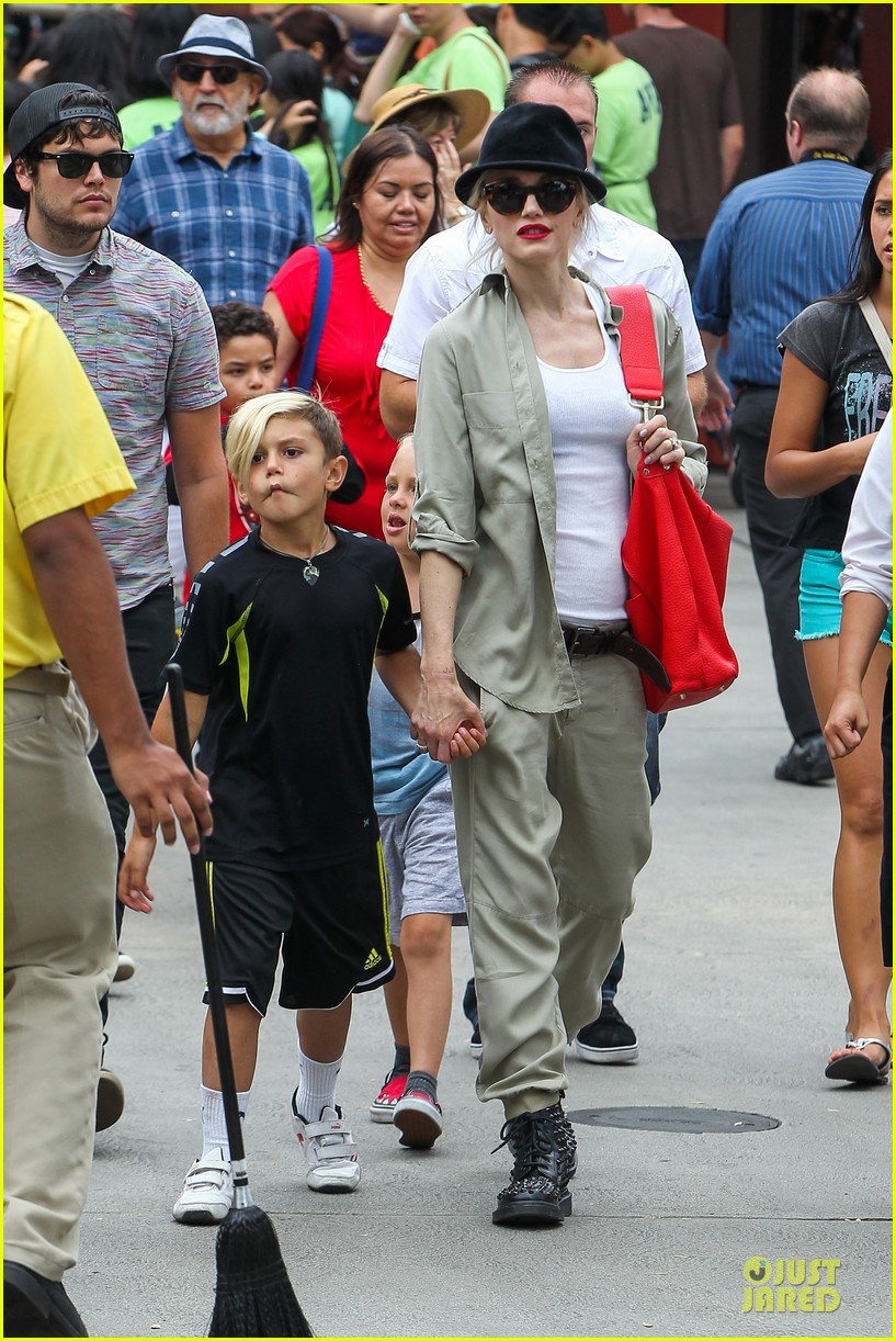 gwen stefani family filled knotts berry farm 242914318