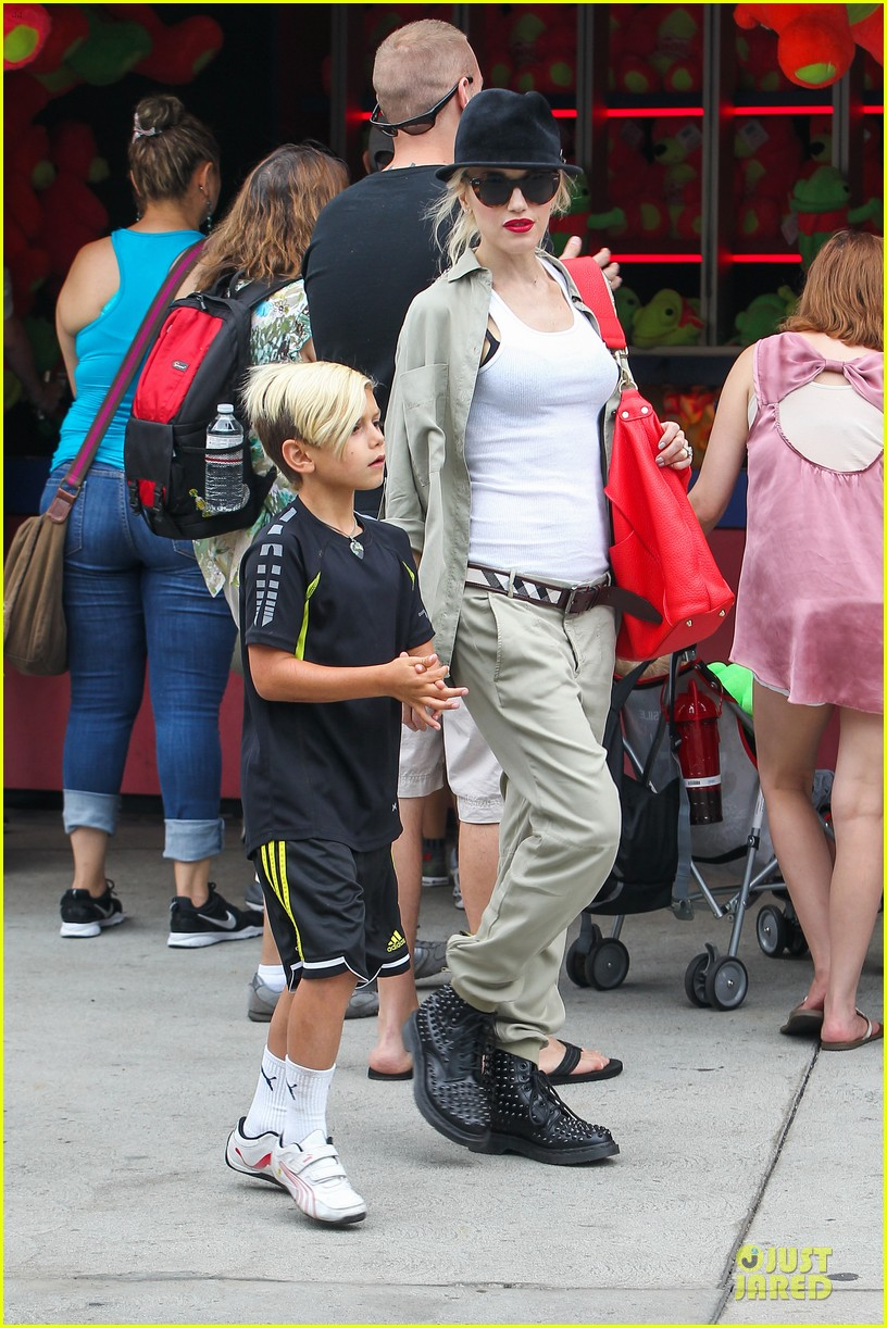 gwen stefani family filled knotts berry farm 302914324