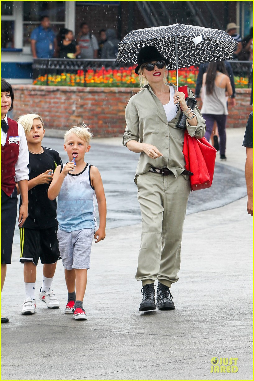 gwen stefani family filled knotts berry farm 312914325