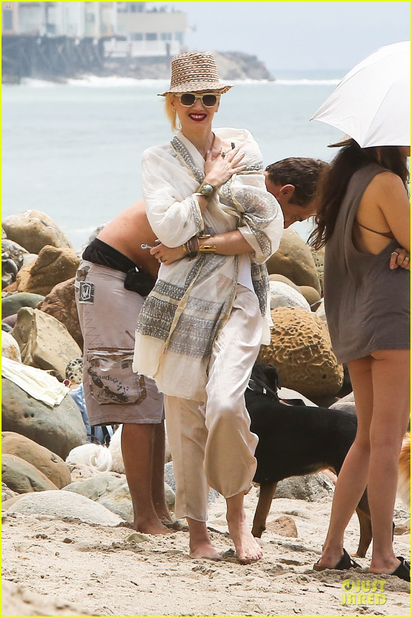 gwen stefani malibu beach mama with kingston zuma 032908987