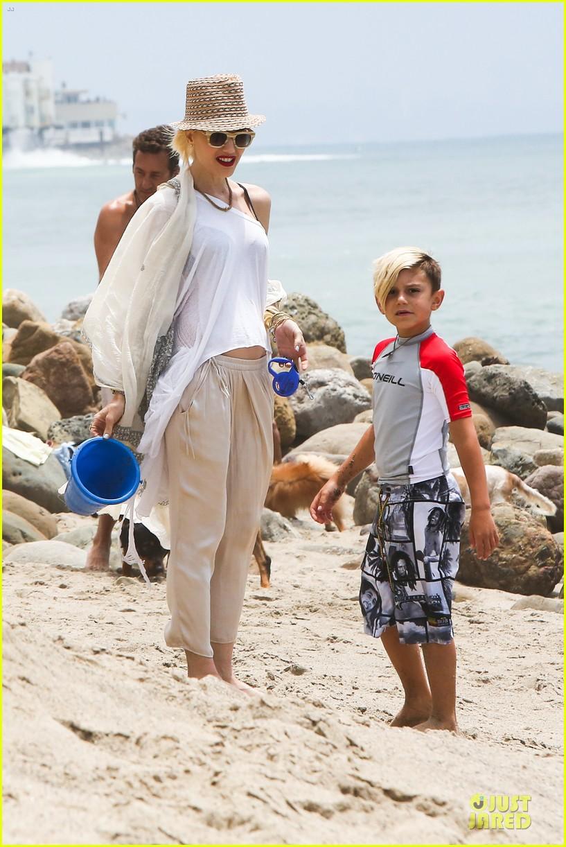 gwen stefani malibu beach mama with kingston zuma 082908992