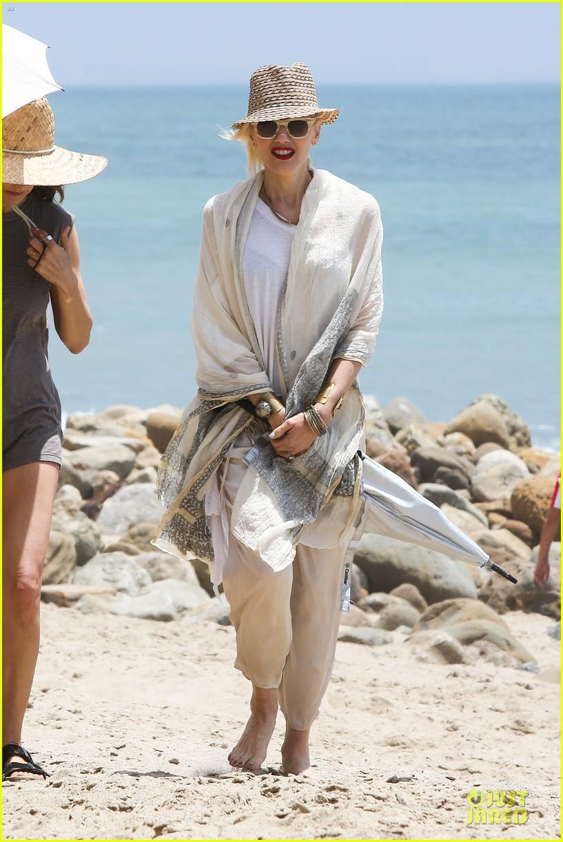 gwen stefani malibu beach mama with kingston zuma 132908997