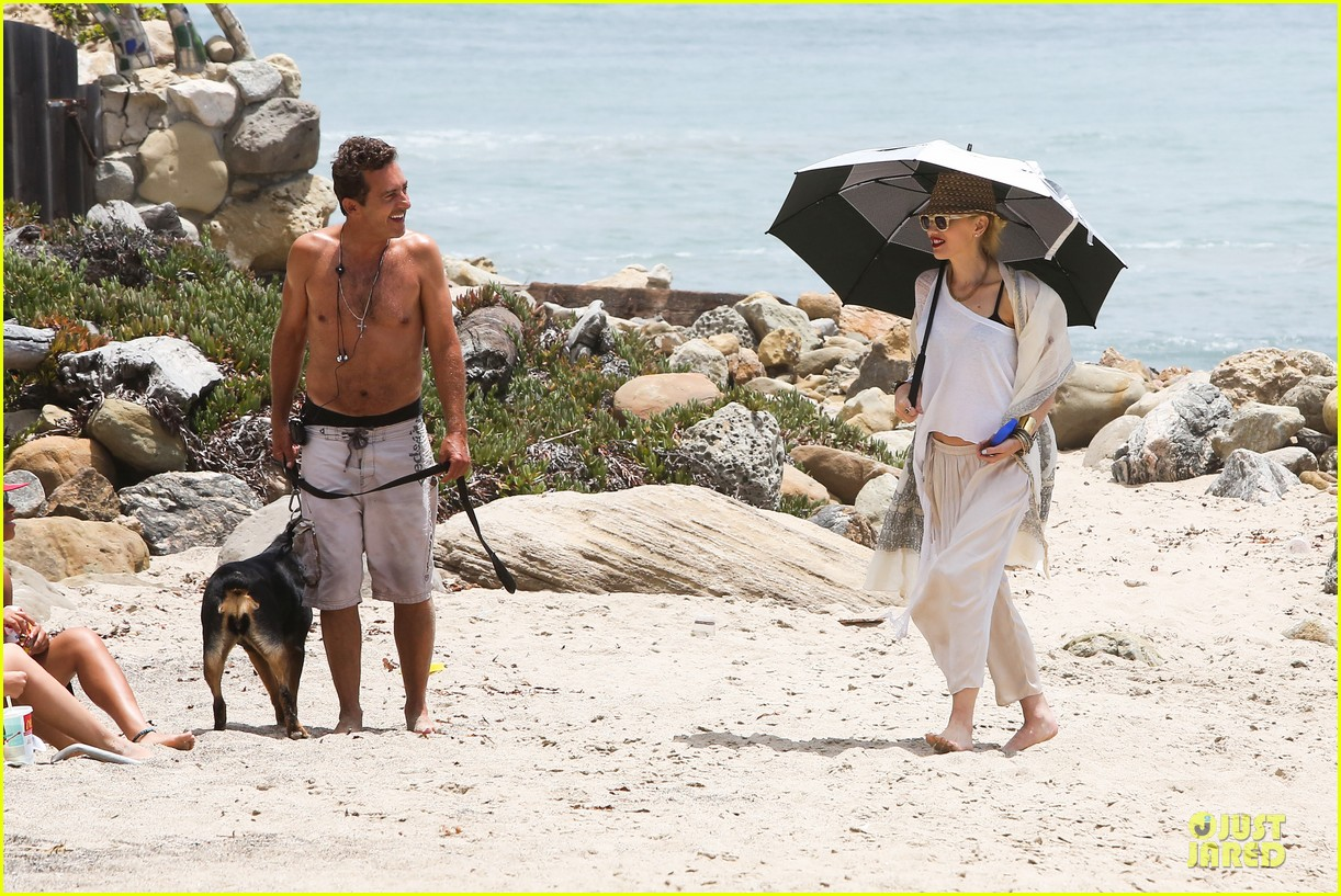 gwen stefani malibu beach mama with kingston zuma 14