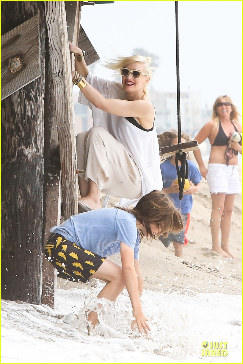 gwen stefani malibu beach mama with kingston zuma 212909005