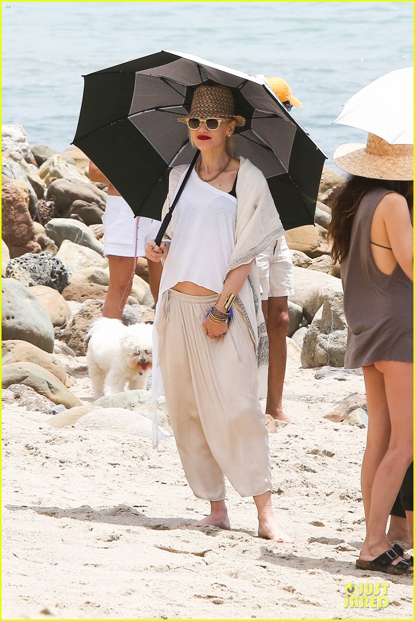 gwen stefani malibu beach mama with kingston zuma 272909011