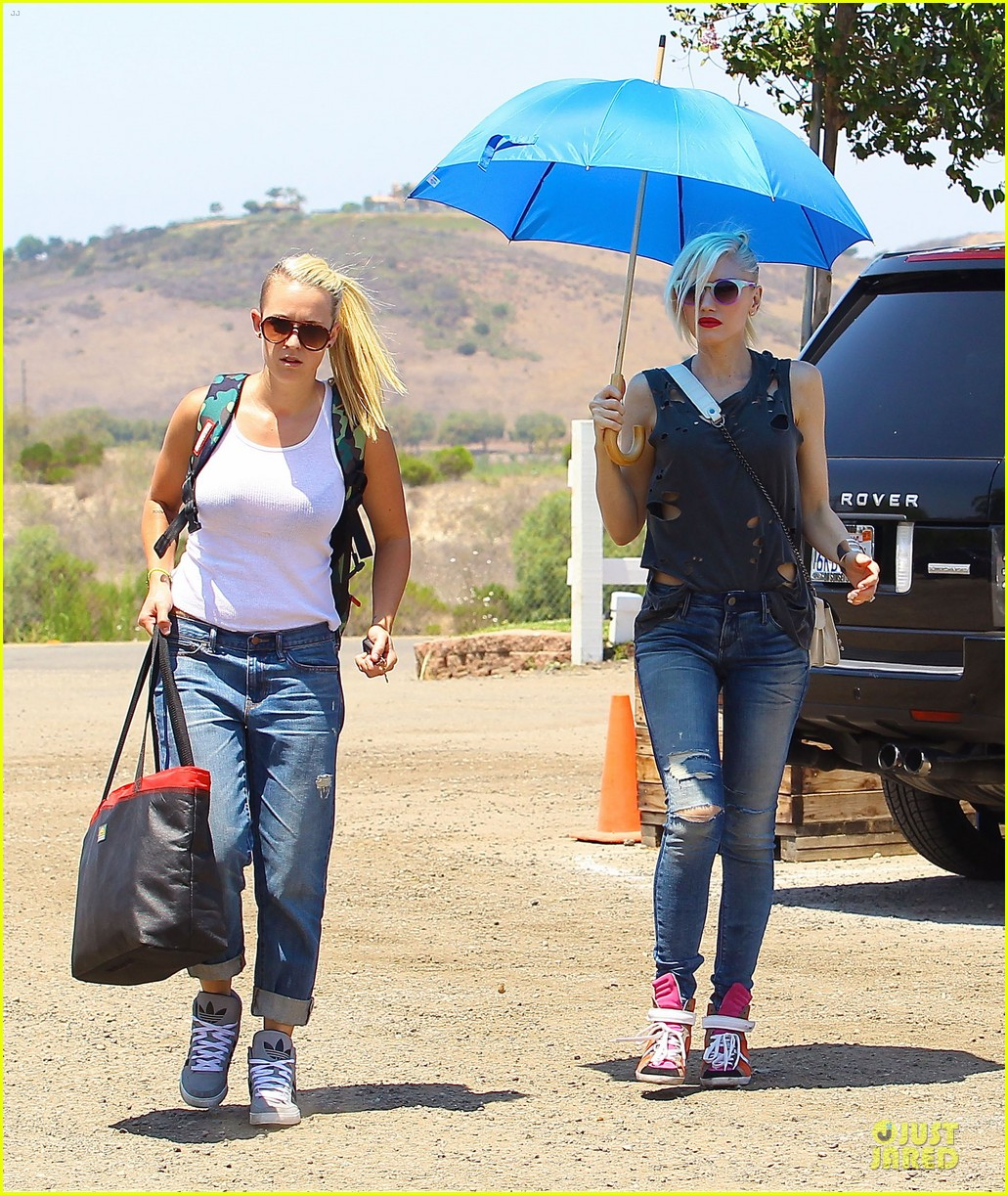 gwen stefani sun blocking umbrella at underwood family farms 012905099