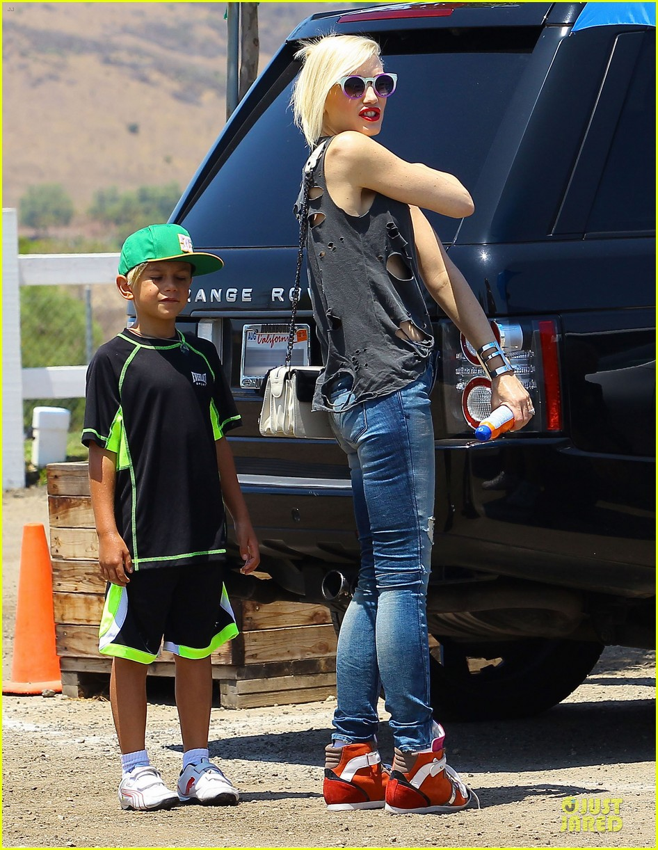 gwen stefani sun blocking umbrella at underwood family farms 032905101
