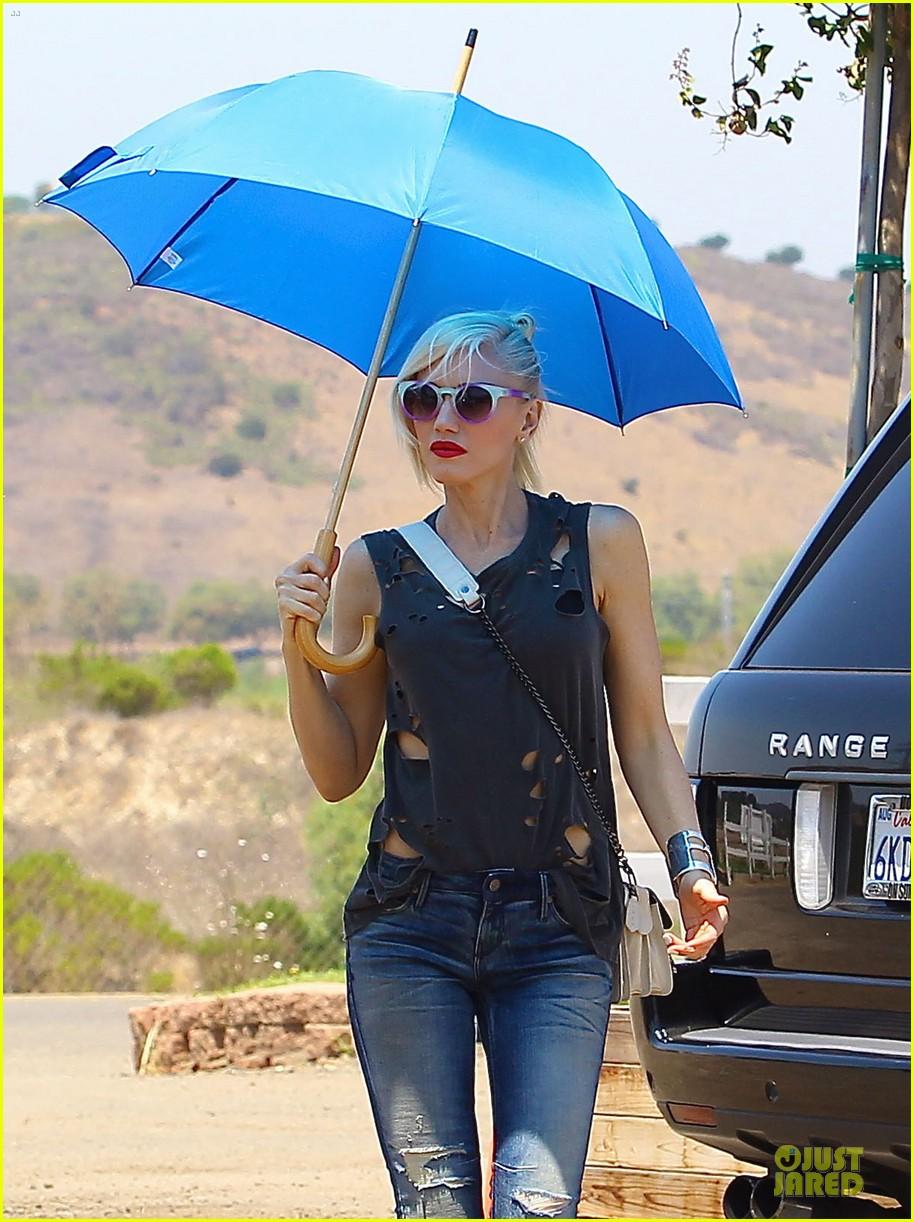gwen stefani sun blocking umbrella at underwood family farms 092905107