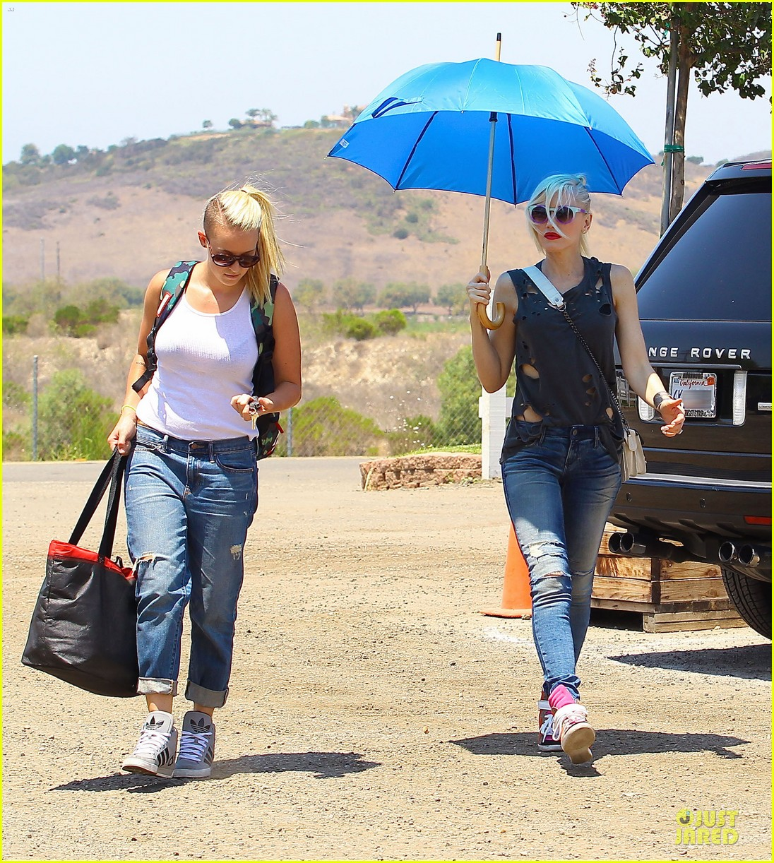 gwen stefani sun blocking umbrella at underwood family farms 112905109