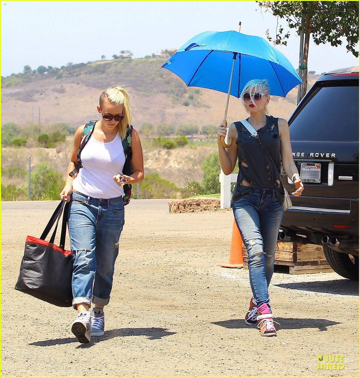 gwen stefani sun blocking umbrella at underwood family farms 122905110