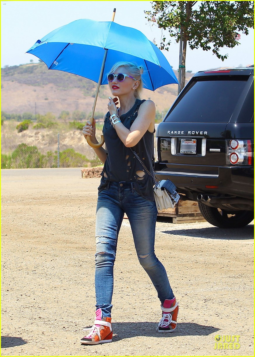gwen stefani sun blocking umbrella at underwood family farms 162905114