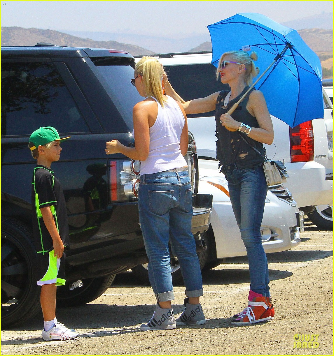 gwen stefani sun blocking umbrella at underwood family farms 202905118