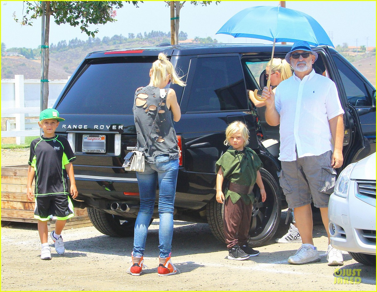 gwen stefani sun blocking umbrella at underwood family farms 242905122