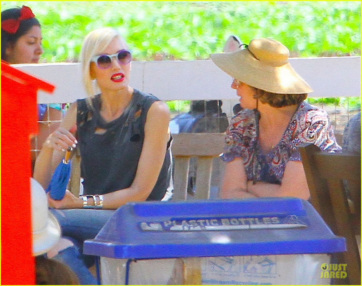 gwen stefani sun blocking umbrella at underwood family farms 32