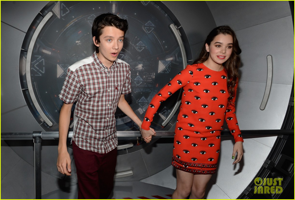hailee steinfeld asa butterfield enders game at comic con 032911201