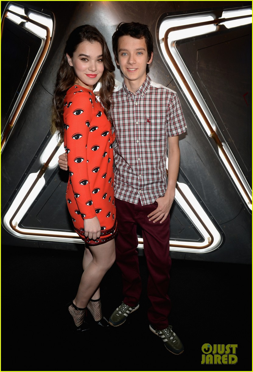 hailee steinfeld asa butterfield enders game at comic con 052911203