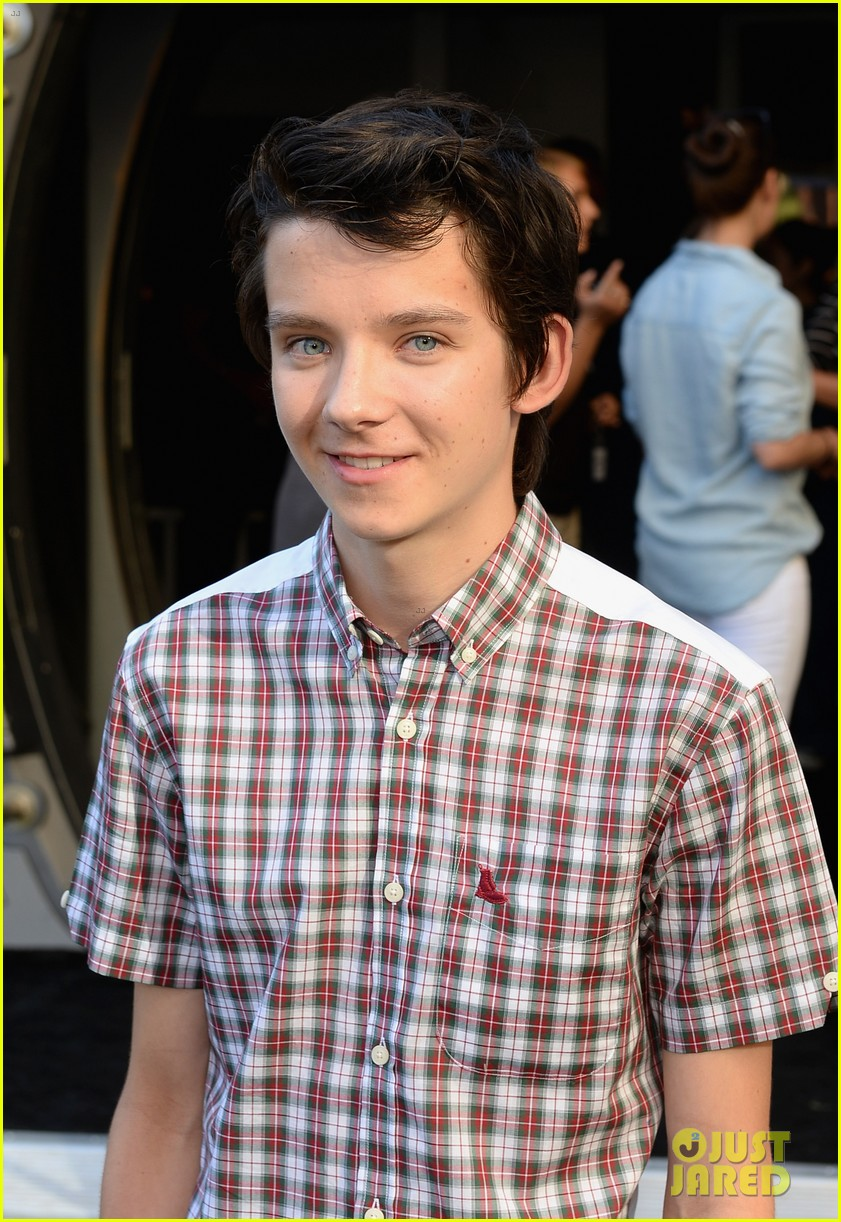 hailee steinfeld asa butterfield enders game at comic con 062911204