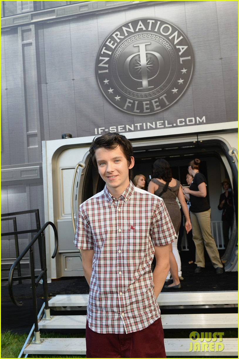 hailee steinfeld asa butterfield enders game at comic con 072911205