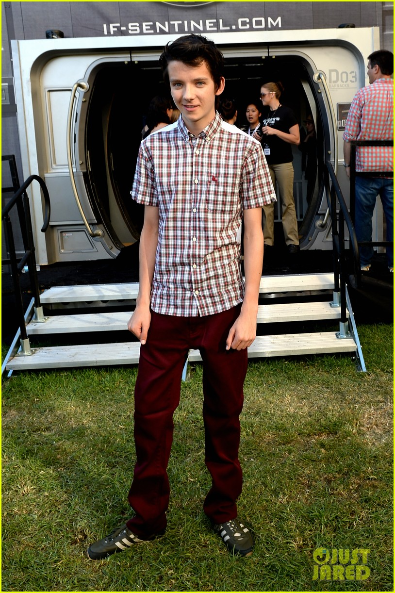 hailee steinfeld asa butterfield enders game at comic con 082911206
