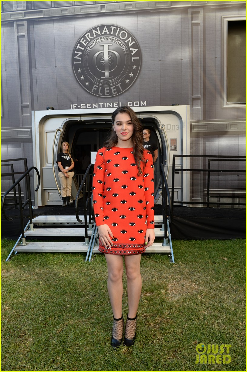 hailee steinfeld asa butterfield enders game at comic con 092911207