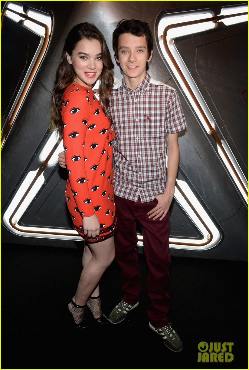 hailee steinfeld asa butterfield enders game at comic con 112911209