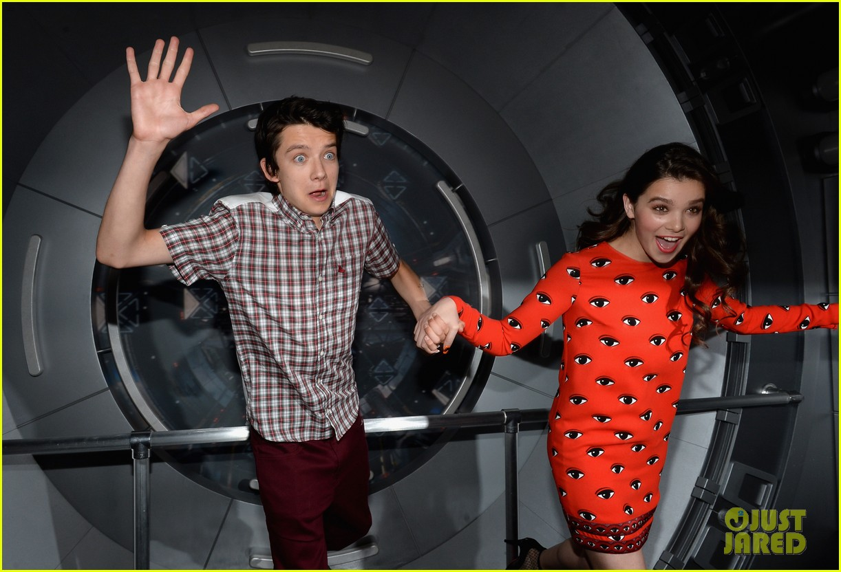 hailee steinfeld asa butterfield enders game at comic con 122911210