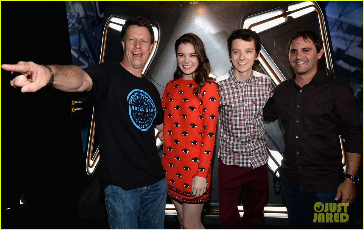 hailee steinfeld asa butterfield enders game at comic con 18
