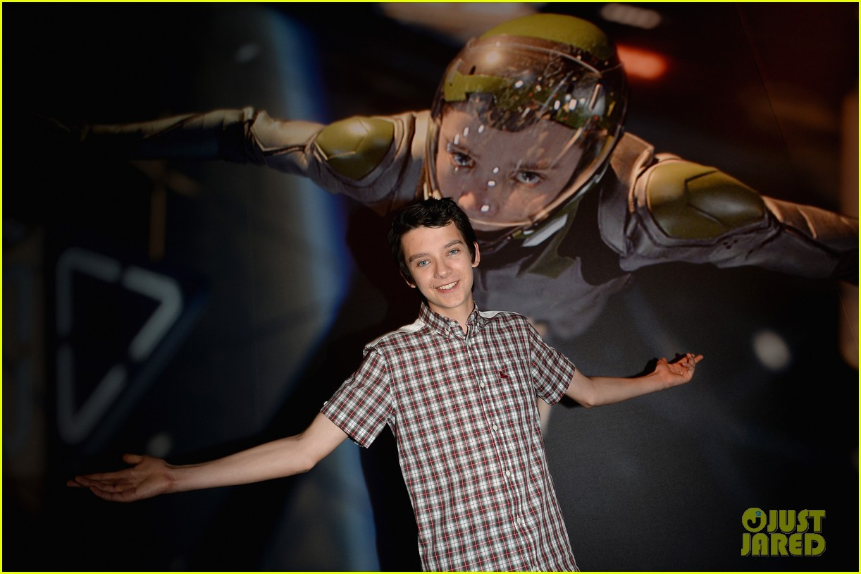 hailee steinfeld asa butterfield enders game at comic con 222911220