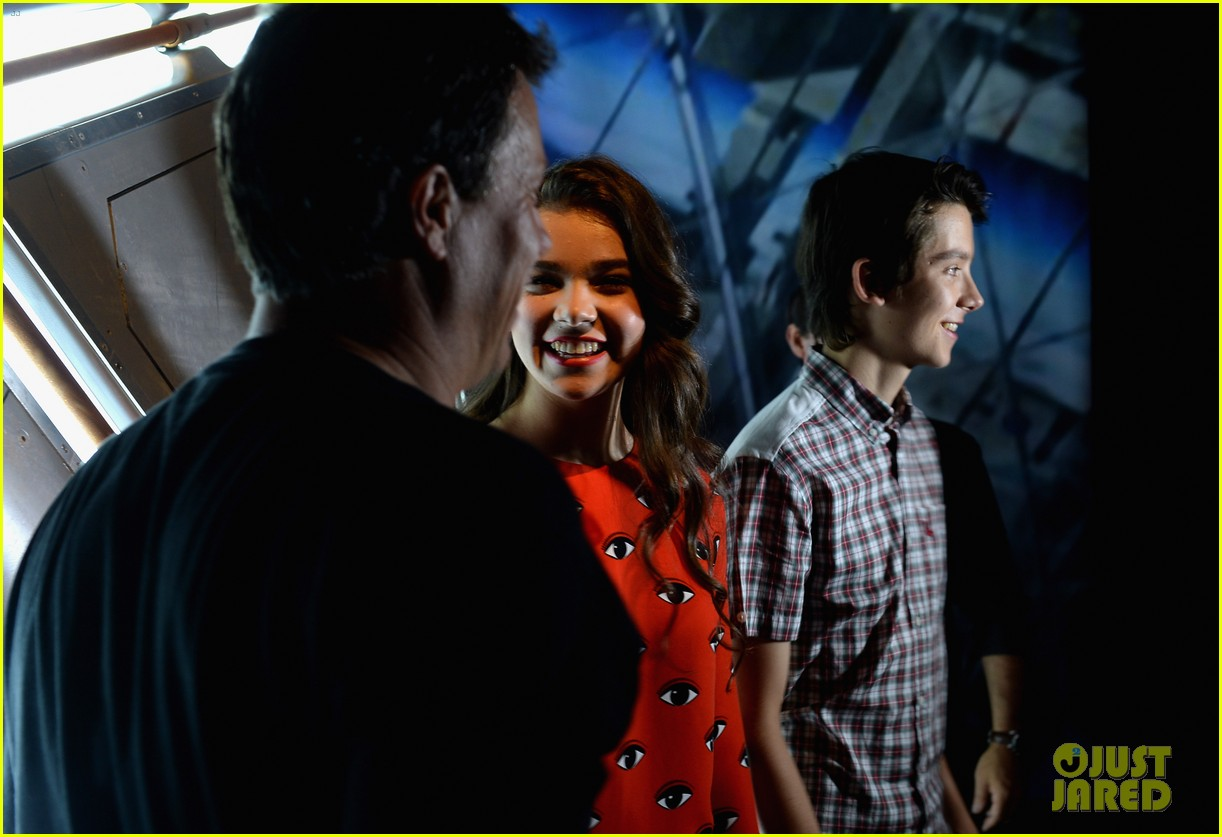hailee steinfeld asa butterfield enders game at comic con 242911222