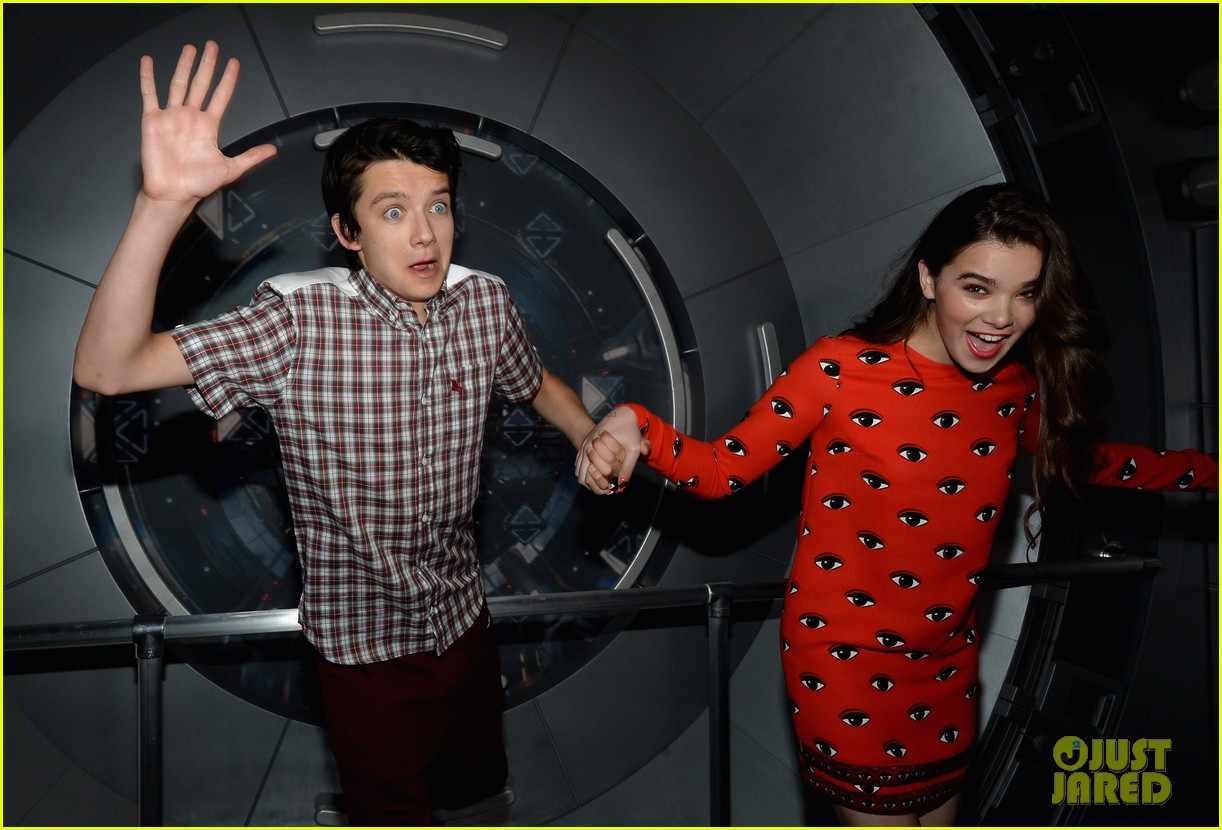 hailee steinfeld asa butterfield enders game at comic con 252911223