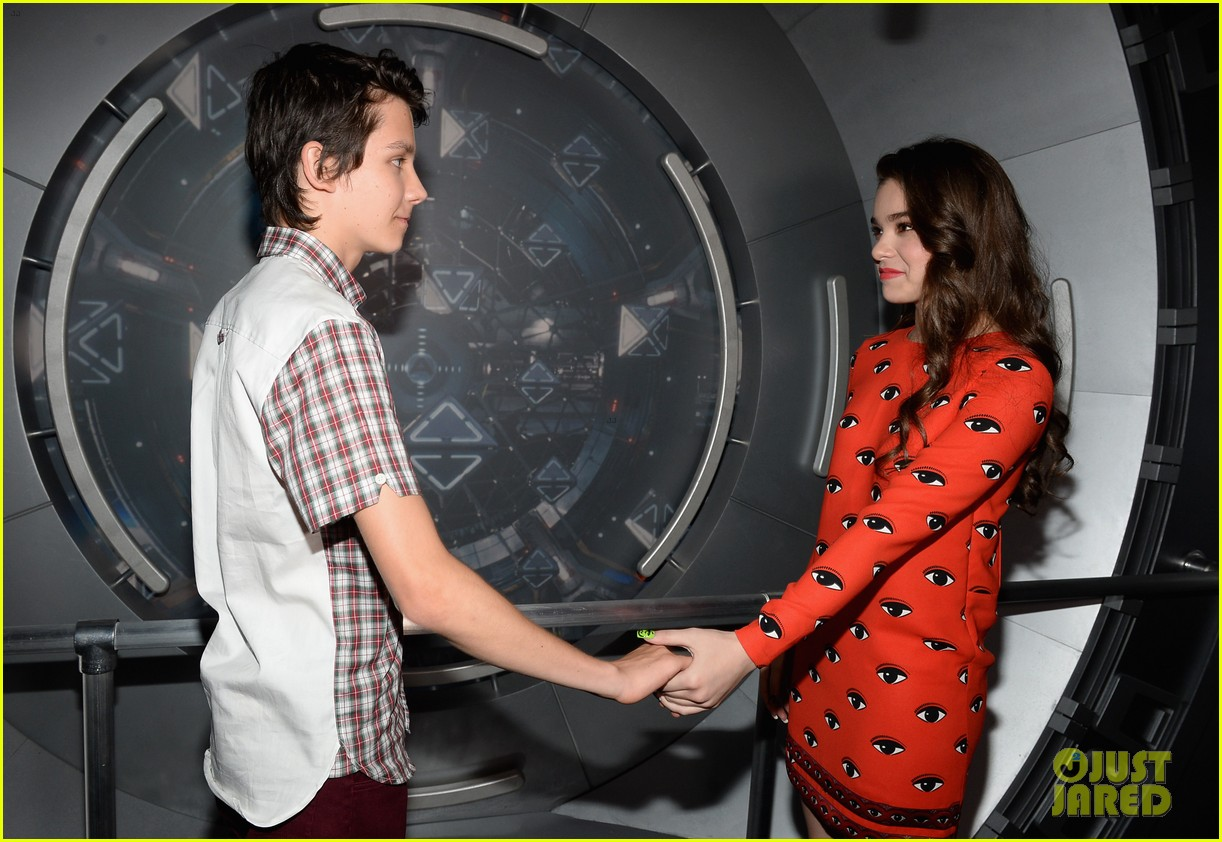 hailee steinfeld asa butterfield enders game at comic con 262911224