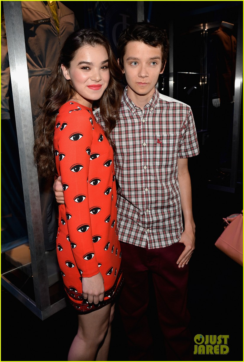 hailee steinfeld asa butterfield enders game at comic con 272911225
