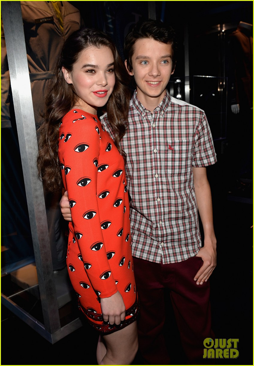 hailee steinfeld asa butterfield enders game at comic con 282911226