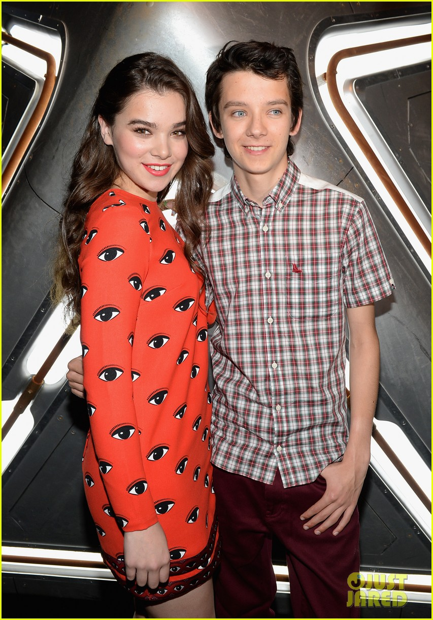 hailee steinfeld asa butterfield enders game at comic con 292911227