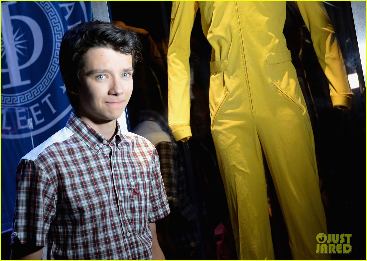 hailee steinfeld asa butterfield enders game at comic con 302911228