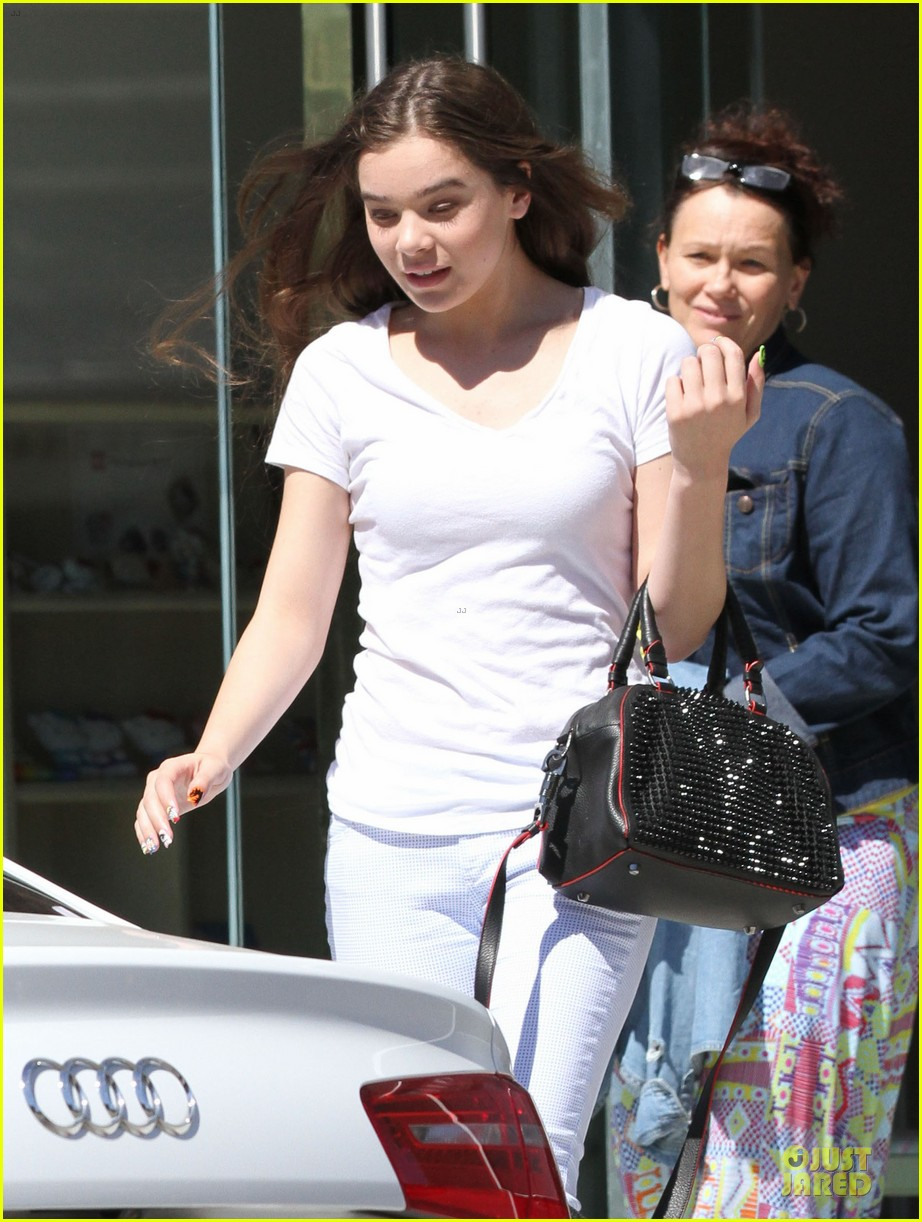 hailee steinfeld the keeping room wraps before comic con 022910701