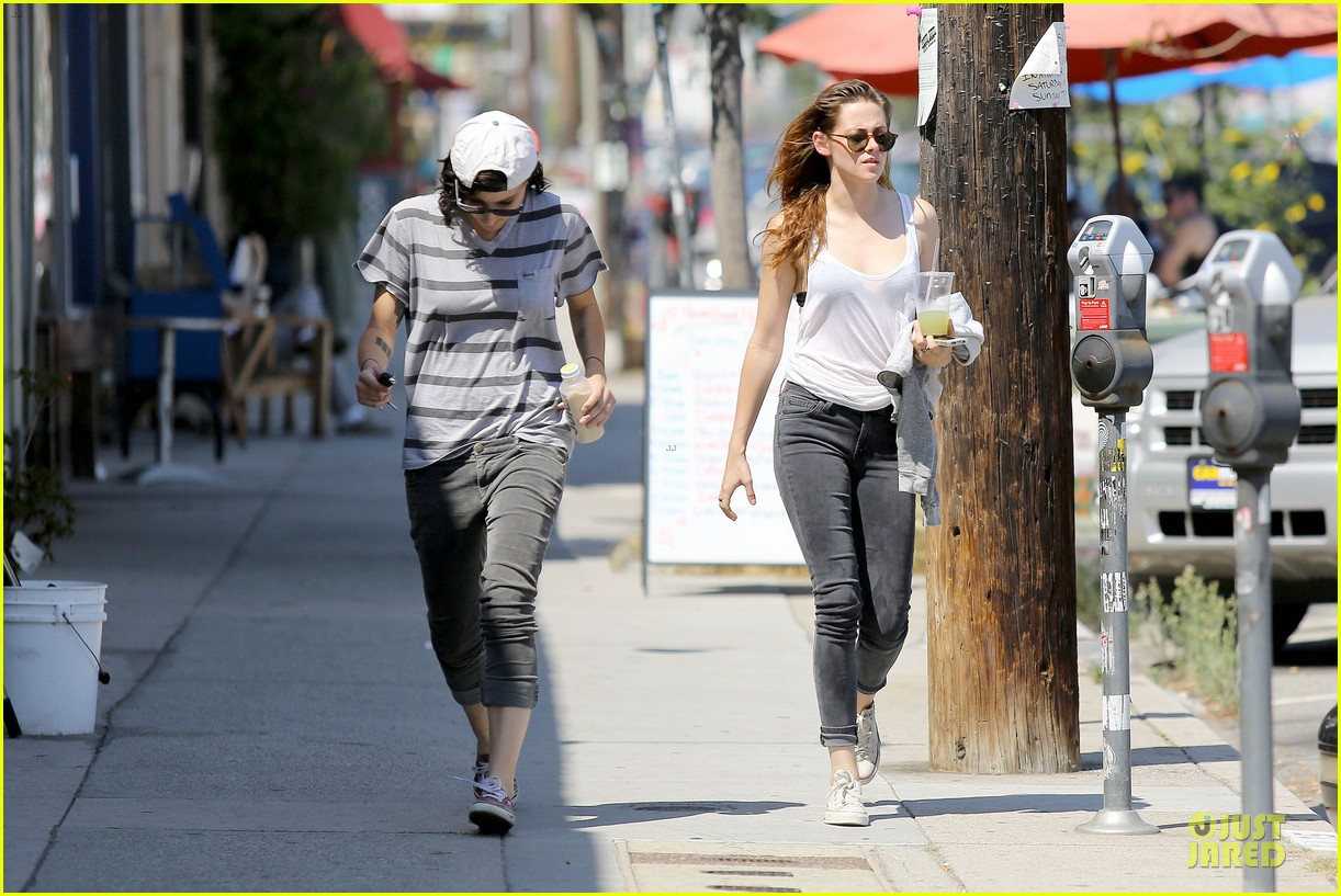 kristen stewart casual juice bar stop 06