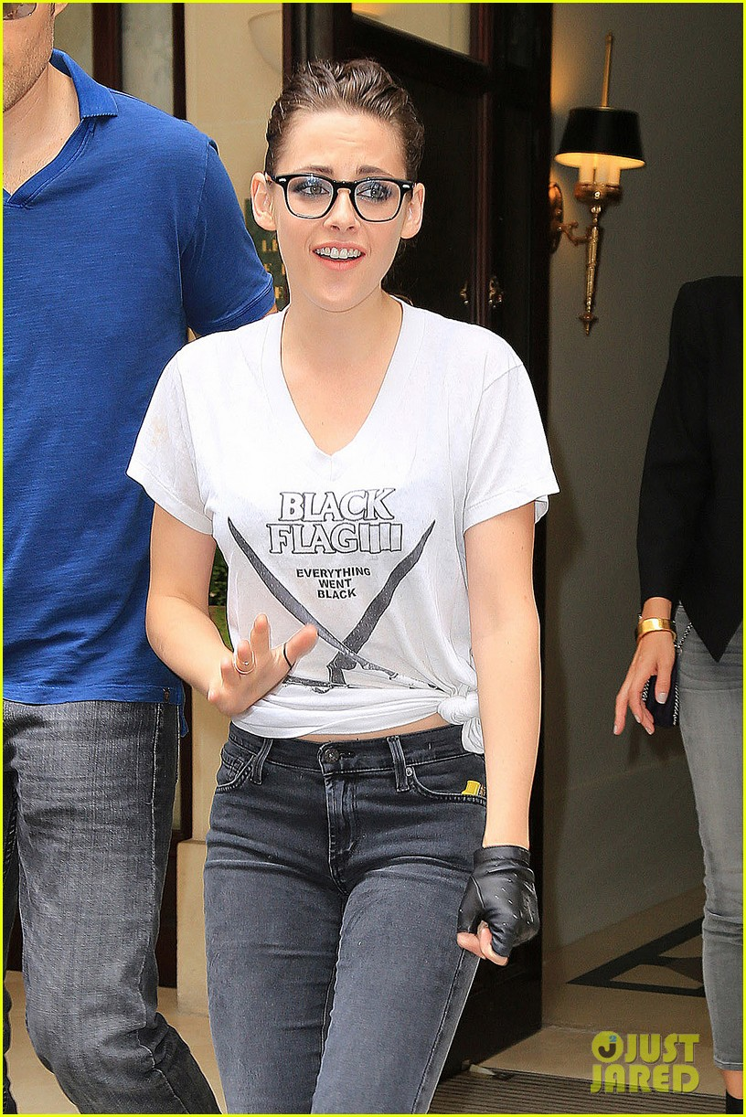 kristen stewart rocks specs after chanel fashion show 06