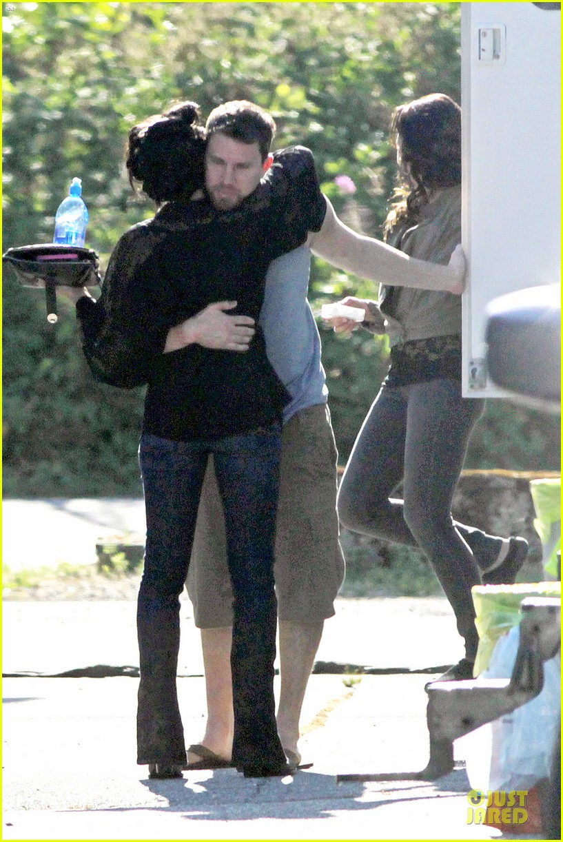channing tatum visits jenna dewan on witches of east end set 012914764