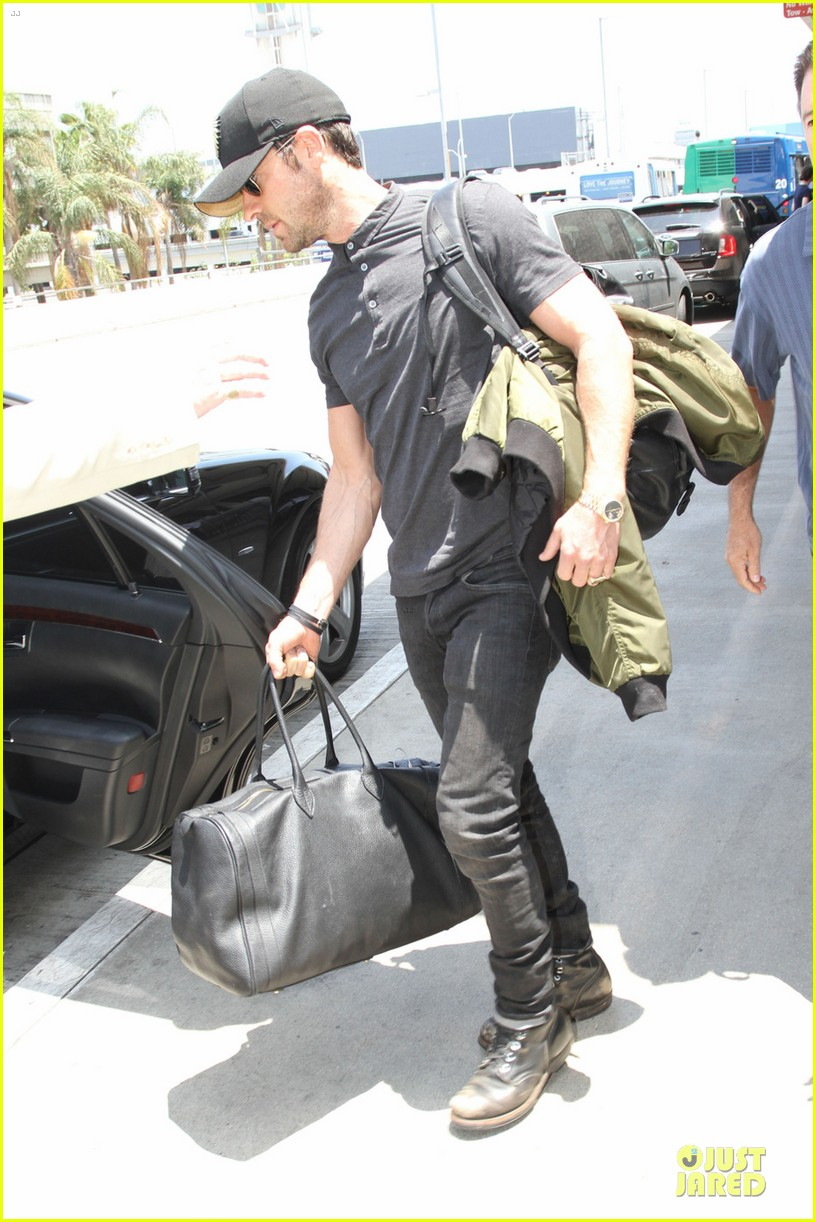 justin theroux supports indians at lax 032908644
