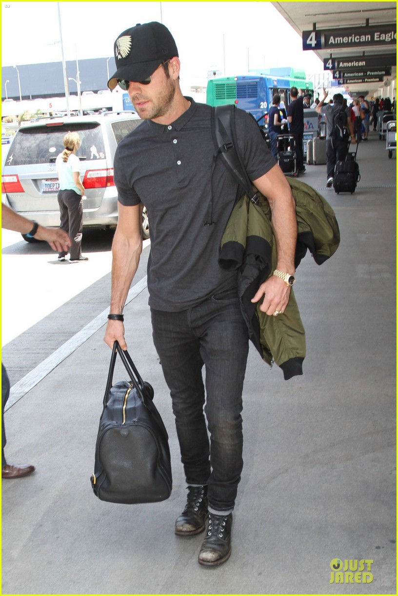 justin theroux supports indians at lax 052908646