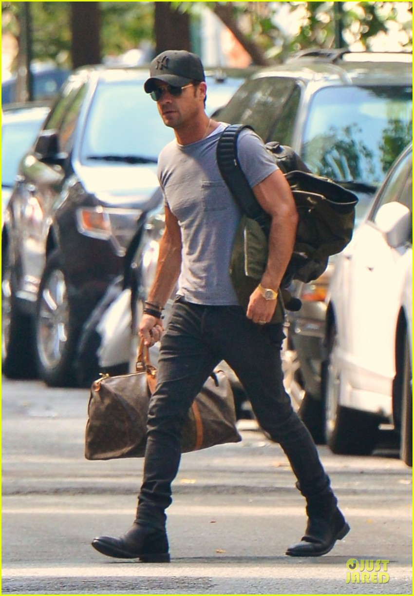 justin theroux luggage carrying guns in the big apple 03